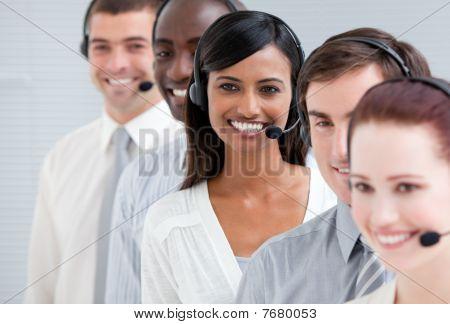 Rappresentanti del servizio clienti multietnica in piedi In una linea