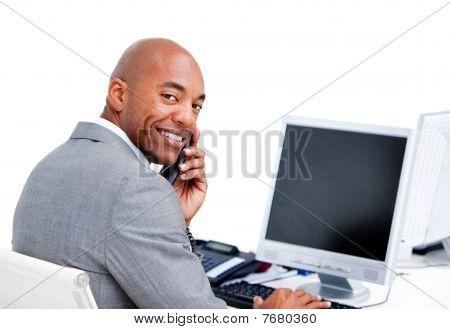 charismatische Kaufmann am Telefon sprechen