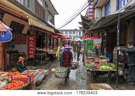 Dali, China - March 19, 2017: Farmer's Market In A Narrow Street In The Old Town Of Dali In Yunnan,