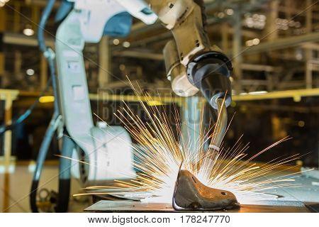 Robot is welding after teach new program.