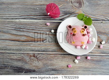 The hippopotamus is made of ice cream . A creative dessert for children and good mood