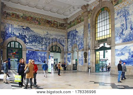 PORTO, PORTUGAL - OCTOBER 6, 2015: Sao Bento railway station hall with historical azulejo pictures