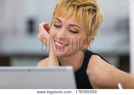 Woman In Oline Dating On A Public Internet Point