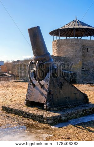 A large-caliber cannon from the days of the First World War. Presented on the territory of Narva Castle. They were used as mortars for the siege of fortresses and fortified areas. Narva. Estonia.