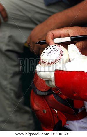 Professianl ball player signs an autograph