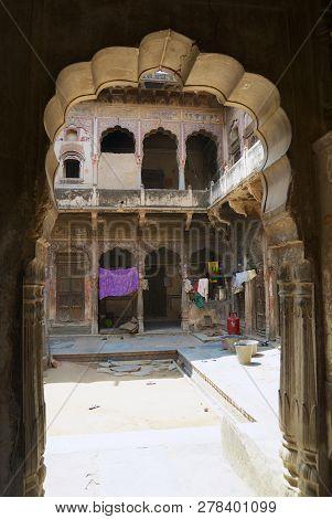 Mandawa, India - March 31, 2007: Inter Yard Of A Historical Haveli In Mandawa, India.