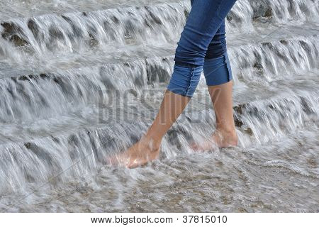 schlanke Woman Beine in Wasserkaskade