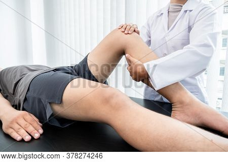 Male Patients Consulted Physiotherapists With Knee Pain Problems For Examination And Treatment. Reha