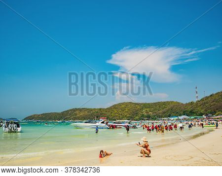 Chonburi/thailand - 20 Apr 2019:unacquainted Tourists In Tropical Idyllic Ocean And Boat On Koh Lan