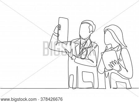 One Continuous Single Line Drawing Of Young Male And Female Doctor Discussing And Diagnosing Patient
