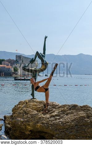 Budva, Montenegro - Circa September, 2011: Slim Tourist Posing For A Photo Near Woman Statue At Mogr