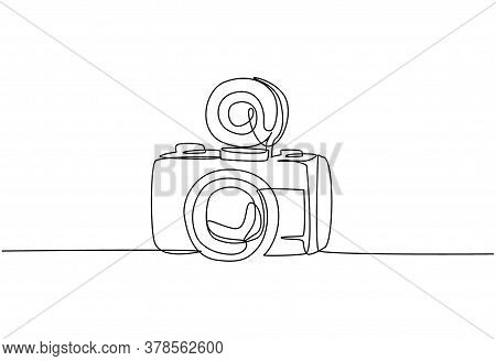 One Single Line Drawing Of Old Retro Lomo Plastic Photo Camera. Vintage Classic Lomography Equipment