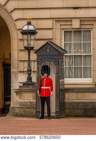 London, United Kingdom - ‎june ‎24, ‎2018: A Soldier In His Red Uniform From The Queens Guard At Buc