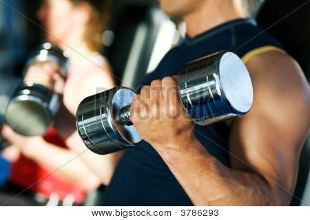 Pesa de gimnasia entrenamiento en gimnasio