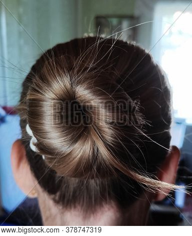 Beautiful Female Hairstyle, A Bump Of Hair On The Head, Hair Tied In A Bump