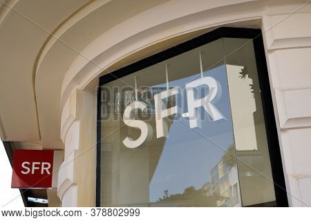 Bordeaux , Aquitaine / France - 07 25 2020 : Sfr Logo Sign And Text On Window Facade Store Of French
