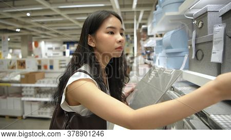 Shopping Concepts. Asian Women Are Choosing Clothes Boxes In Department Stores. 4k Resolution.