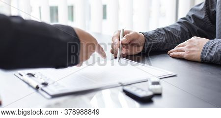 Car dealers or managers allow customers to sign documents and car sales agreements with insurance. D