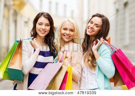 Einkaufs- und Tourismus-Konzept - schöne Mädchen mit Einkaufstüten in ctiy