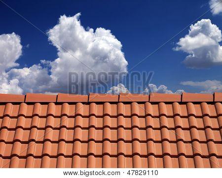 Dachziegel gegen blauen Himmel mit Wolken