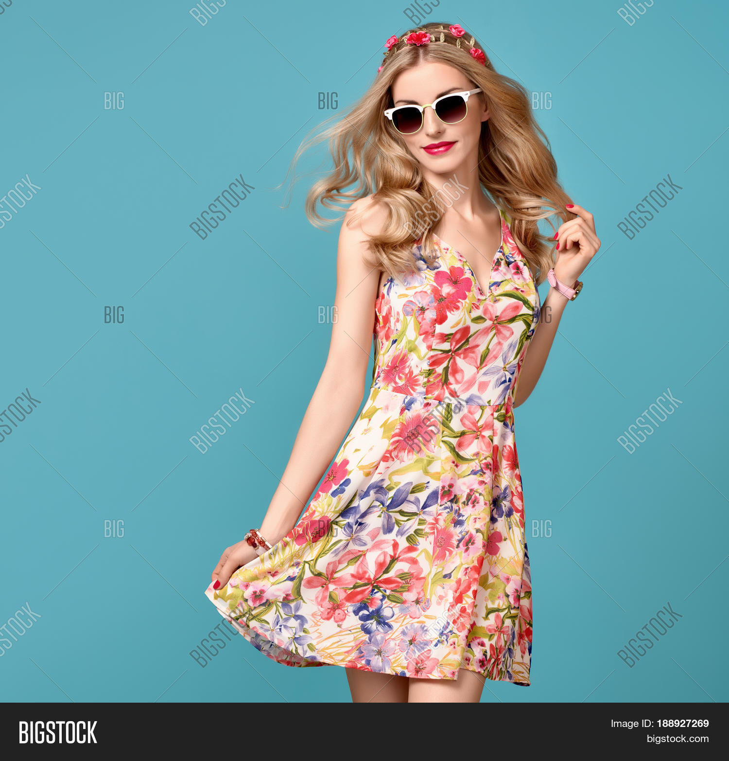 6c7c3502b Fashion Beauty. Sensual Sexy Blond Model in fashion pose Smiling. Woman in Summer  Outfit