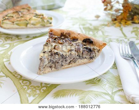 Quiche de champiñones y queso. Quiche of mushrooms and cheese.