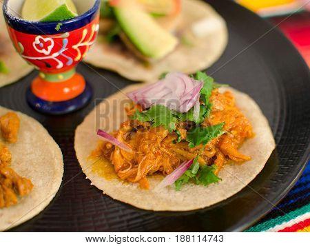 Taco mexicano de cochinita pibil. Mexican taco of cochinita pibil.