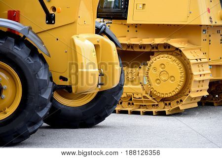 Continuous  tracks and pneumatic tires - type of wheels for  heavy construction equipment
