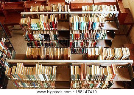 University of Karachi - Book shelfs inside Mehmood Hassan Library 25/09/2012