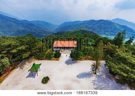 Scenic view of Ci'en pagoda courtyard and Sun Moon Lake mountains