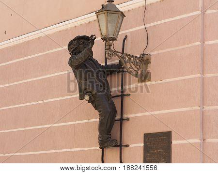 Sculpture of lamplighter