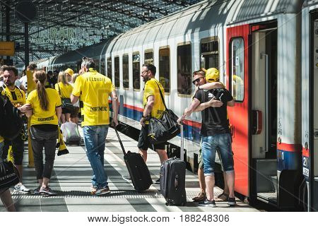Bvb Fans / Borussia Dortmund Fans Arriving On Train Station