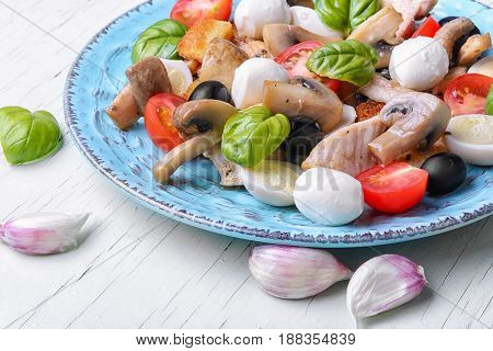 Salad With Leaf Vegetables And Chicken