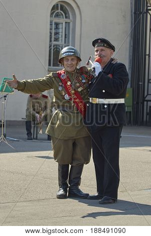 MOSCOW, MAY 9, 2010: Veteran solders are singing patriotic songs on celebration of Great victory 65th anniversary in Gorky Park. USSR victory in Second World War. 9 May Victory day