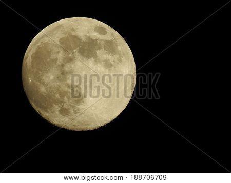 een mooie grote ronde volle maan in de nacht