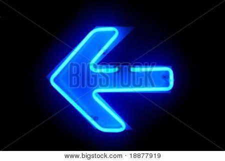 Neon links richting in de nacht