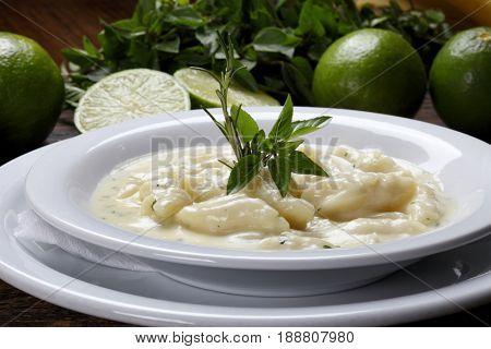Nhoque molho branco com limão e manjericão