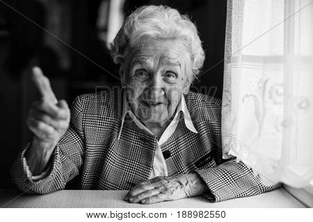 Life-affirming elderly woman tells the , black-and-white photography.