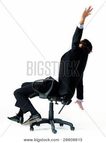 unruhig Büroangestellter verwandelt sich in seinen Sitz und wirft seine Arme in die Luft