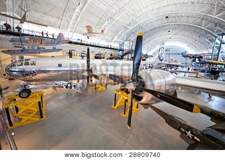 Chantilly, Virginia - 10 oktober: Boeing B-29 Superfortress Enola Gay. Fotograferad inne i Natio