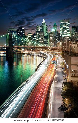Increíble paisaje urbano de Nueva York - después de la puesta del sol