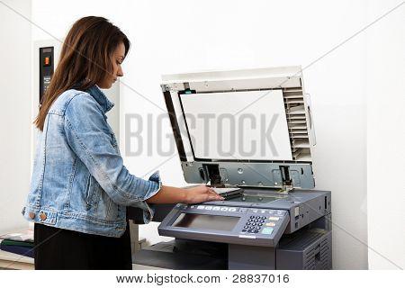 Mulher copiar notas numa moeda operado fotocopiadora