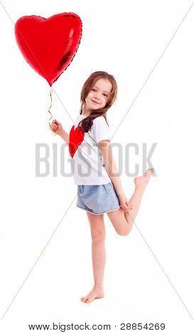 nettes sechsjährigen Mädchen trug ein t-Shirt mit einem großen roten Herzen, vor weißem hintergrund isoliert