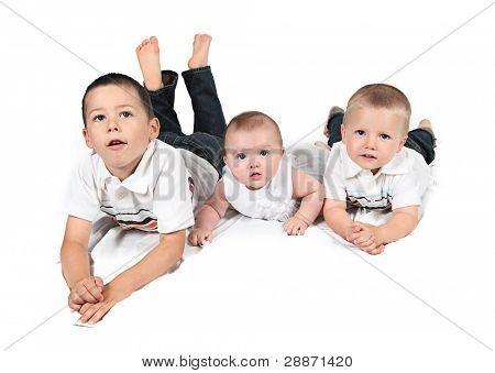 Kinder posieren für Familie Foto auf weiß zusammen
