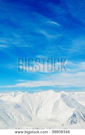 Montañas de nieve día de invierno brillante