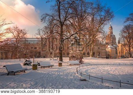 Park In Dresden Deutschland Mit Frauenkirche Im Winter
