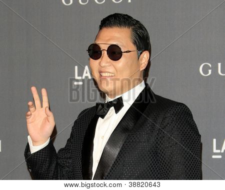 LOS ANGELES - 27 okt: Psy arriveert bij de LACMA 2012 Art + Film Gala in Los Angeles County Museum van