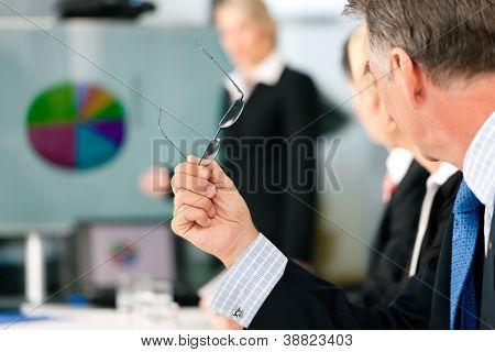 Business - Präsentation innerhalb eines Teams, eines weiblich, Kollege steht auf dem Bildschirm