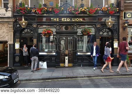 London, Uk - July 7, 2016: People Visit The Red Lion Pub In London. It Is A Typical London Pub. Ther