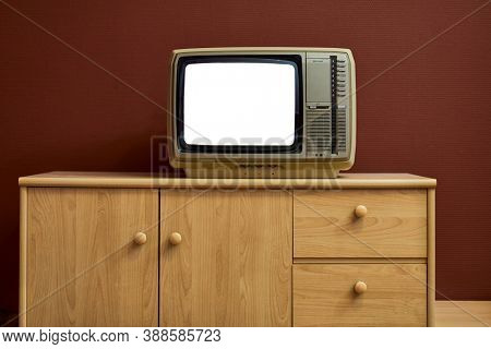 Blank screen on old analogue TV set